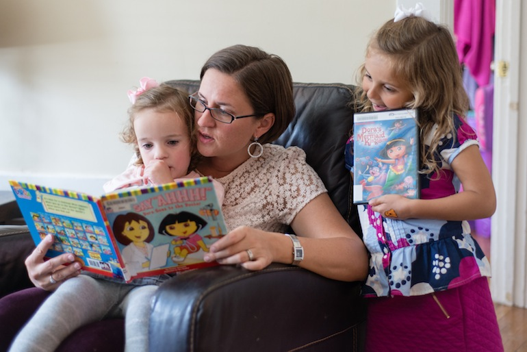 Annie Shamiyeh reads to her daughters Zara and Malia on Thursday, October 22, 2015 (Photo by Heidi de Marco/KHN).
