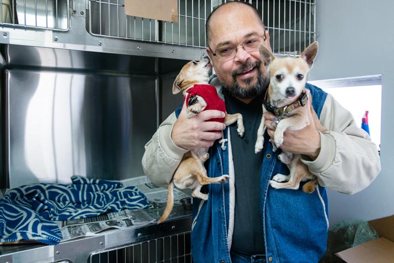 Elvin Quiñones, 55, visits his two chihuahuas at the Santa Fe Animal Quiñones visita a sus dos chihuahuas en el Santa Fe Animal Hospital usualmente cada dos días. Quiñones los puso en el refugio para perros el día que se quedaron sin hogar. (Heidi de Marco/KHN)