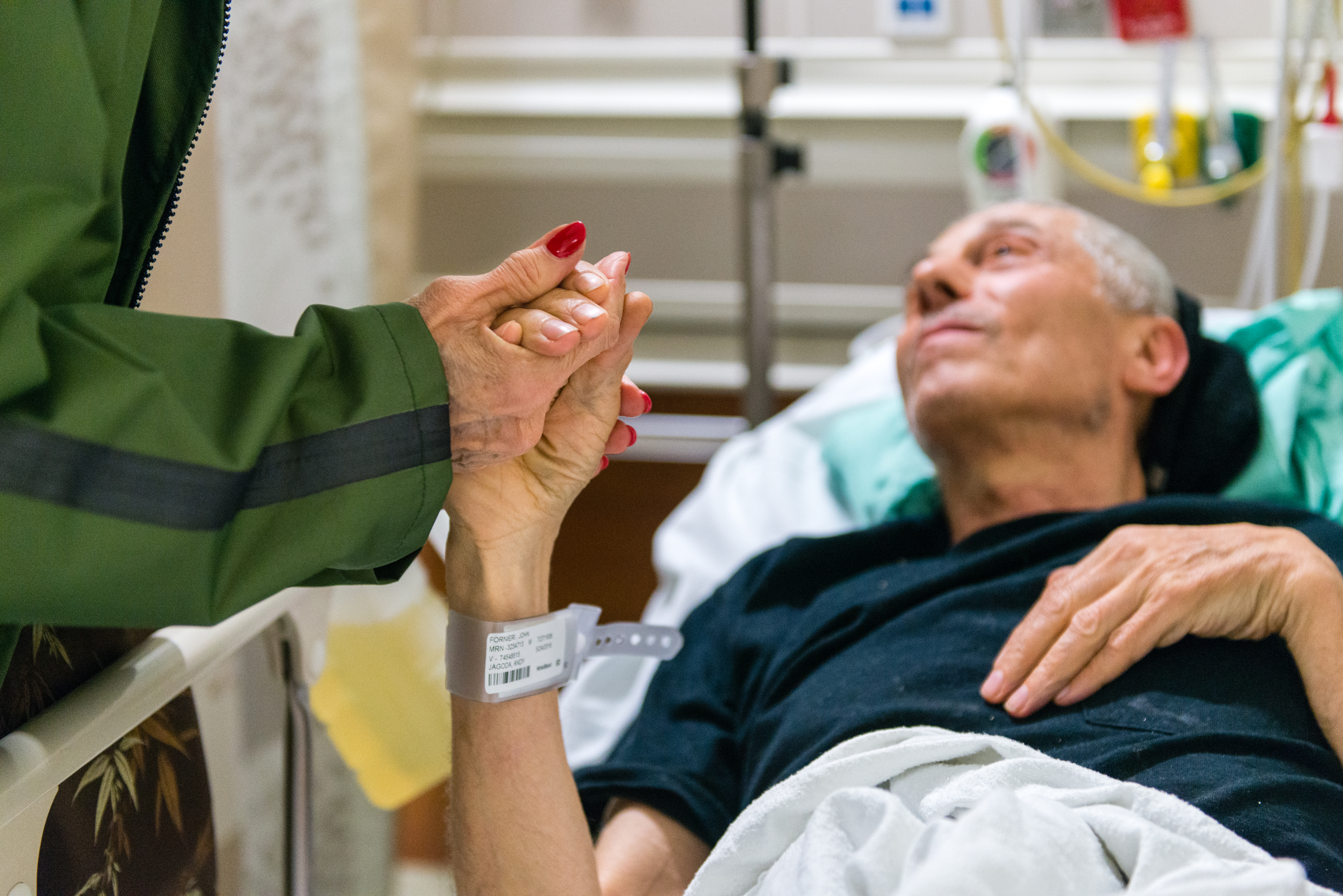 A friend visits Fornieri in the geriatric emergency room infection at Mount Sinai Hospital. (Heidi de Marco/KHN)