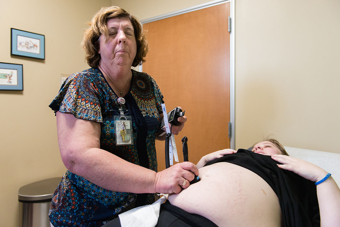 Vyn Wayne, a nurse practitioner at Clinica Sierra Vista in Bakersfield, Calif., examines patient Serenity Thomason on Thursday, February 2, 2017. Due to the increase in congenital syphilis diagnoses in Kern County, Wayne informs all her pregnant patients about the sexually transmitted disease during their prenatal appointments. (Heidi de Marco/KHN)