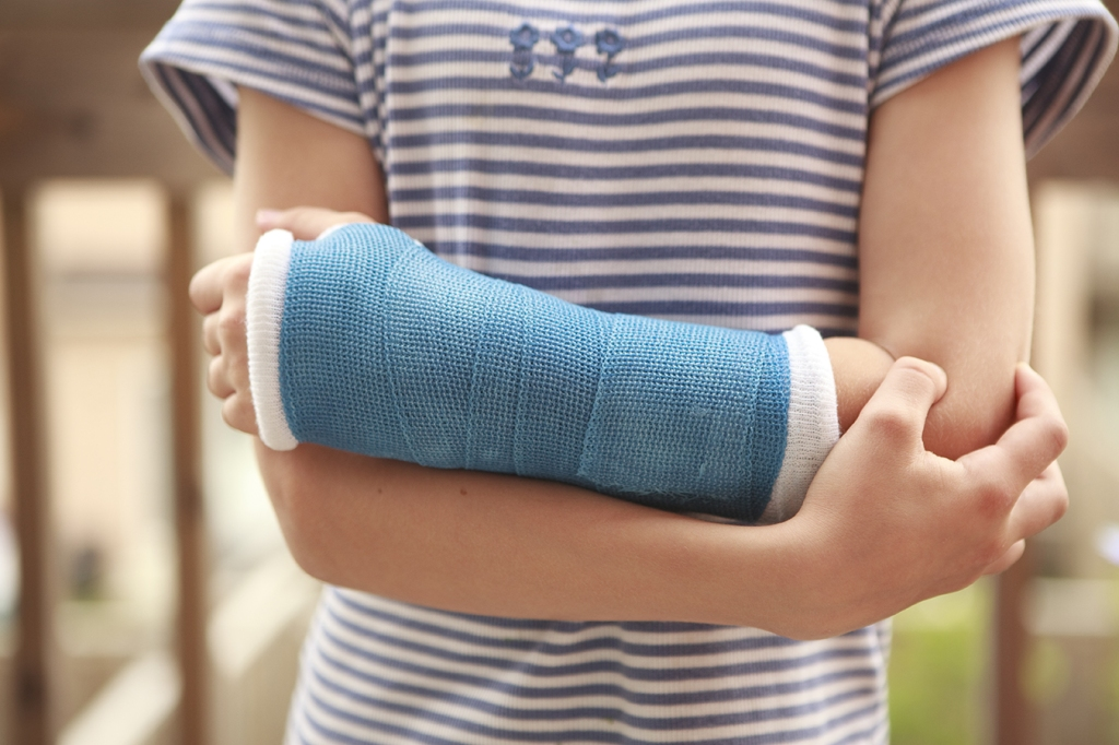 Child with arm in a cast